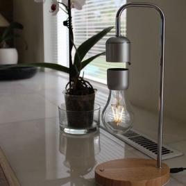 Lampa s levitujúcou žiarovkou